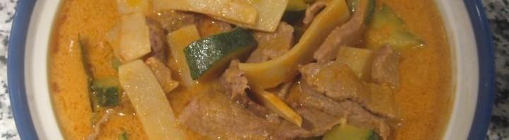 Rindfleisch mit Kokosmilch, Gemüse und rotem Thai Curry