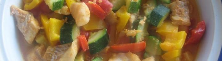 Fisch mit rotem Thai Curry und Gemüse